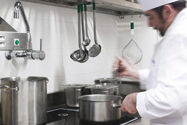 cuoco prepara ricetta senza glutine