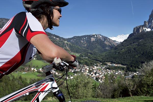 donna in bicicletta all'Alpe di Siusi
