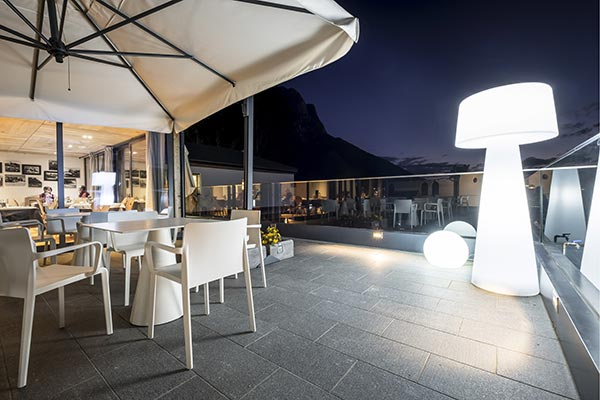 terrazza esterna hotel villamadonna illuminazione serale