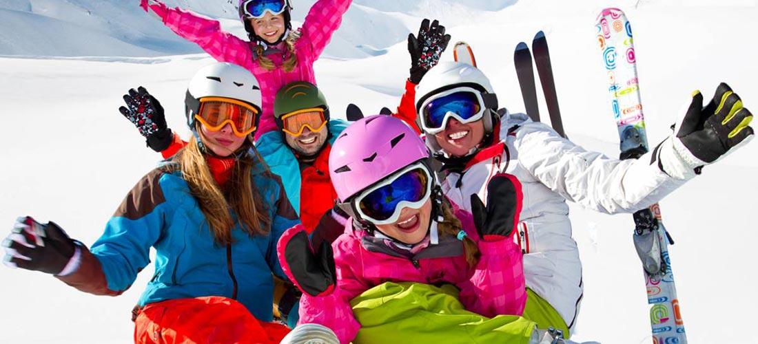 una famiglia felice a sciare sull'alpe di siusi